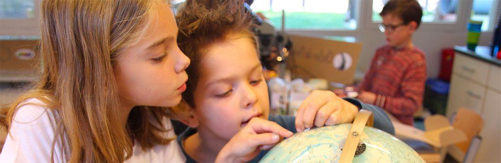 Prinses Beatrixschool Renkum - kinderen bij wereldbol